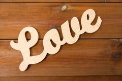 Fermez-vous du coupe-circuit d'amour de mot sur le bois Photo libre de droits