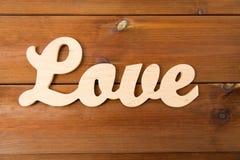 Fermez-vous du coupe-circuit d'amour de mot sur le bois Photo stock