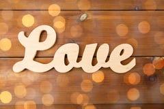 Fermez-vous du coupe-circuit d'amour de mot sur le bois Photographie stock libre de droits