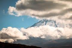 Fermez-vous du cratère de bouche de Fuji San avec le nuage et le ciel gentil en hiver photos libres de droits