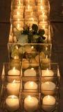 Fermez-vous du décor et des bougies de fleur sur la table de dîner photographie stock libre de droits