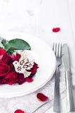 Fermez-vous du détail sur l'arrangement de table de salle à manger de petit déjeuner de mariage avec la colombe Images libres de droits