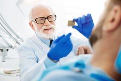 Fermez-vous du dentiste professionnel avec l'image de rayon X photographie stock