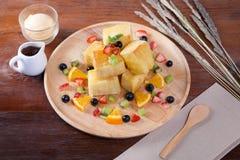 Fermez-vous du dessert qui a le pain, baies de fraise Image stock