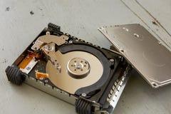Fermez-vous du disque cassé et détruit d'unité de disque dur sur le Tableau en bois Photo stock