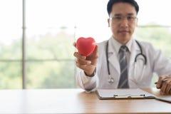 Fermez-vous du docteur masculin avec le coeur soins de santé et conce médical Photo stock