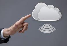 Fermez-vous du doigt poussant le bouton virtuel de nuage Photo stock
