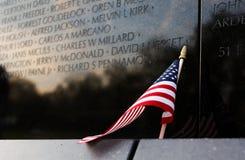 Fermez-vous du drapeau américain se penchant contre le mémorial de guerre de Vietnam, le Washington DC, Etats-Unis Photographie stock