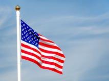 Fermez-vous du drapeau américain soufflant dans le vent Photo libre de droits