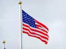 Fermez-vous du drapeau américain soufflant dans le vent Photo stock