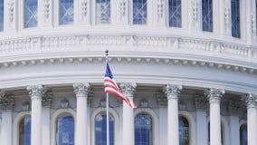 Fermez-vous du drapeau de bannière étoilée sur le bâtiment de capitol, Washington d C photos stock