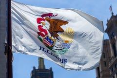 Fermez-vous du drapeau de ondulation de l'état de l'Illinois dans le Chi du centre images libres de droits