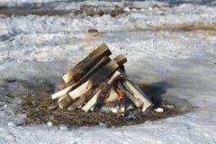 Fermez-vous du feu de camping Images stock