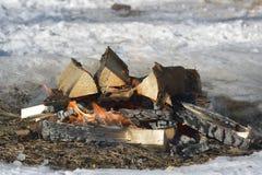 Fermez-vous du feu de camping l'hiver Photographie stock
