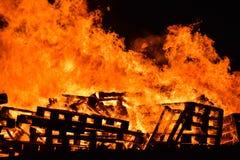 Fermez-vous du feu en bois enterrant photo stock
