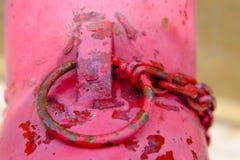 Fermez-vous du feu rouge de tuyauterie, pompes pour des extincteurs quand photographie stock libre de droits