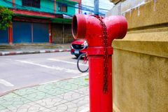 Fermez-vous du feu rouge de tuyauterie, pompes pour des extincteurs quand photos libres de droits
