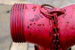 Fermez-vous du feu rouge de tuyauterie, pompes pour des extincteurs quand images stock
