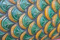 Fermez-vous du fond écallieux de serpent, l'art du temple thaïlandais Photos libres de droits