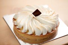 Fermez-vous du gâteau crémeux délicieux photo libre de droits