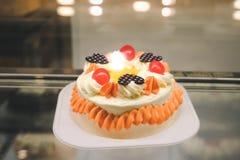Fermez-vous du gâteau crémeux dans le café photographie stock libre de droits