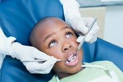 Fermez-vous du garçon faisant examiner ses dents photo libre de droits