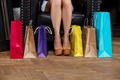 Fermez-vous du girl& x27 ; jambes de s dans les talons et les achats Photos libres de droits