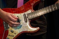 Fermez-vous du guitariste Photographie stock