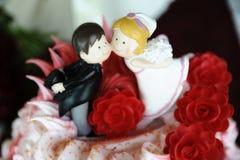 Fermez-vous du haut de forme mignon et espiègle de gâteau de mariage photos libres de droits