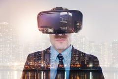 Fermez-vous du jeune homme d'affaires raidi dans le casque de VR images stock