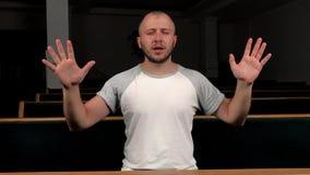 Fermez-vous du jeune homme priant ? Dieu Concept de la foi et de la religion banque de vidéos