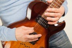 Fermez-vous du joueur de guitare photographie stock