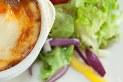 Fermez-vous du lasagne et de la salade Photo libre de droits