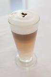 Fermez-vous du latte écumeux chaud Images stock