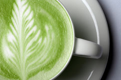 Fermez-vous du latte de thé vert de matcha dans la tasse image libre de droits