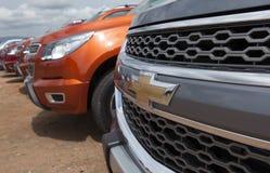 Fermez-vous du logo de Chevrolet sur l'avant de voiture Image stock