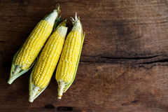 Fermez-vous du maïs sur la vieille table en bois images stock