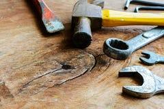 Fermez-vous du marteau et des outils rouillés sur le vieux bois grunge image libre de droits