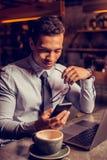 Fermez-vous du message réussi de lecture d'homme d'affaires sur le smartphone photos libres de droits