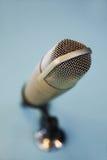 Fermez-vous du microphone au studio d'enregistrement Photos libres de droits