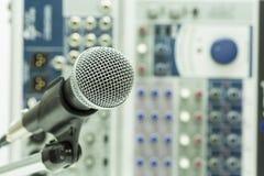 Fermez-vous du microphone dans la salle de concert ou la salle de conférence, fin vers le haut de vieux microphone dans la salle  Image libre de droits