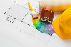 Fermez-vous du modèle de maison avec des outils de bâtiment Image stock