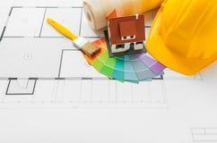 Fermez-vous du modèle de maison avec des outils de bâtiment Photos libres de droits