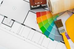 Fermez-vous du modèle de maison avec des outils de bâtiment Photo stock