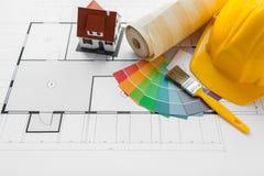 Fermez-vous du modèle de maison avec des outils de bâtiment Photographie stock libre de droits