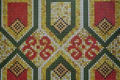 Fermez-vous du modèle géométrique et floral des carreaux de céramique verts, jaunes, rouges et blancs photo stock