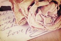 Fermez-vous du mot sec rose et d'amour écrit sur la carte Lumière molle Image stock