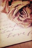 Fermez-vous du mot sec rose et d'amour écrit sur la carte Lumière molle Images libres de droits
