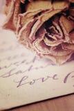 Fermez-vous du mot sec rose et d'amour écrit sur la carte Lumière molle v Photo libre de droits