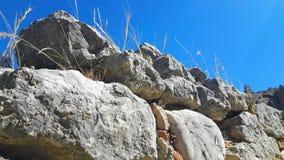 Fermez-vous du mur en pierre en Grèce en vacances images stock